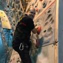 Nos installateurs sont formés pour l'escalade et suivent régulièrement des cours anti-chute.