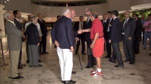 SM el Rey y D. Emilio Botín se saludan