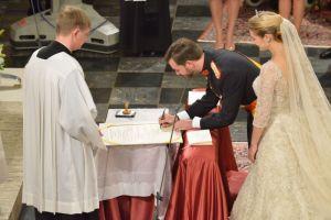 Firmando el acta matrimonial