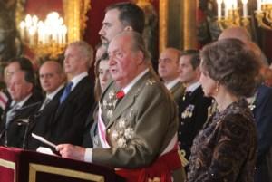 SM el Rey leyendo su discurso apoyado en el atril