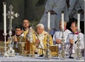 Altar con crucifijo y candeleros