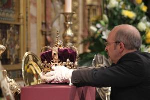 Colocando la Corona de San Eduardo sobre el altar para la celebración de la Coronación Isabel II