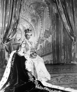 Isabel II con el manto, el orbe y el cetro