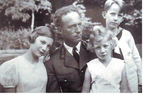 Leopoldo II, viudo y sus 3 fijosJosefina Carlota, Balduino y Alberto2