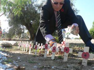Amapolas en las cruces de un cementerio británico en Murcia