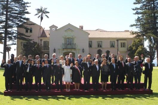 Fotografía de grupo en los jardines de la Residencia Presidencial de Cerro Castillo