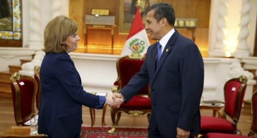 El presidente Humala de Perú saluda a la Vicepresidente Sáenz de Santamaría