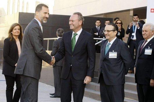 El Rey Felipe VI saluda al presidente de la CA Valencia