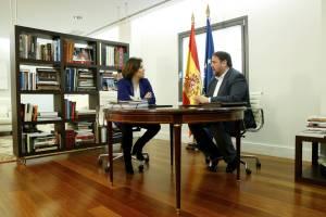 Soraya Sáenz de Santamaría con Oriol Junqueras. CLAUDIO ALVAREZ EL PAÍS