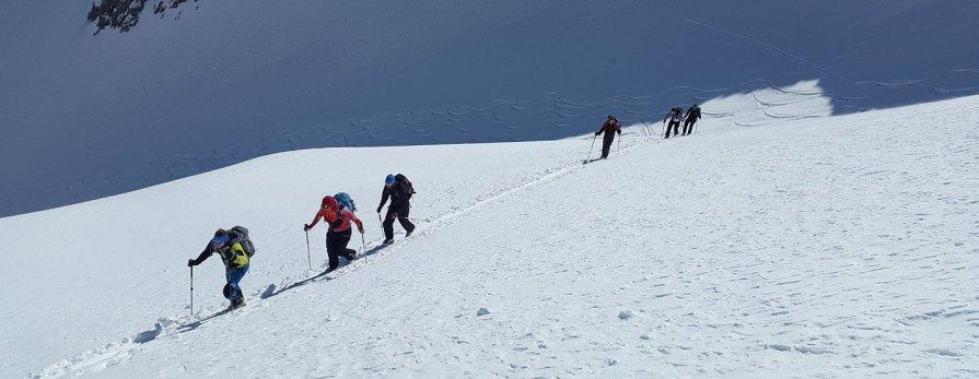 Grupa narciarzy na stoku