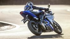 2014-Yamaha-YZF-R125-EU-Race-Blu-Action-008