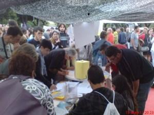 recollida de signatures per l'Acampada i contra els desnonamets.