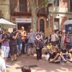 verónica parla a l'assemblea al mercat del Clot. 200 persones