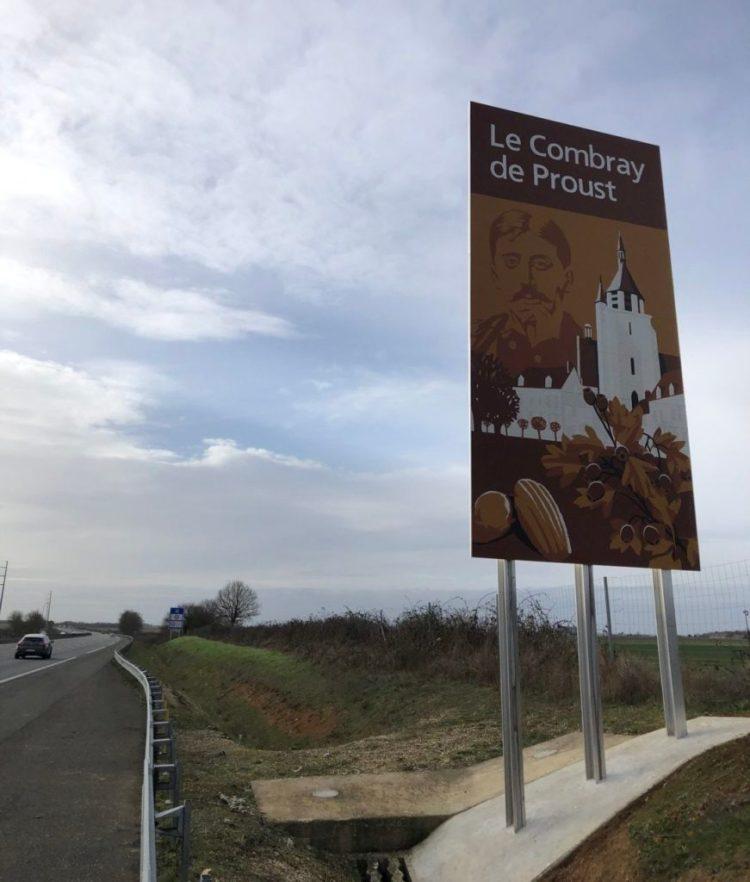 Panneau touristique sur l'autoroute