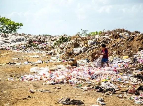 I paesi occidentali inquinano così tanti che i paesi più poveri sono letteralmente invasi dalla plastica