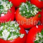 Соленые помидоры с чесноком и зеленью