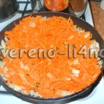 Обжариваем морковь и лук, добавляем томатную пасту