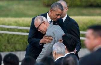 オバマ大統領広島訪問被爆者の方を抱きしめる