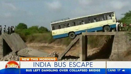 インド橋崩落 バス乗客無事