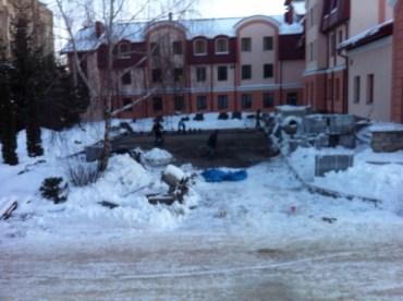 Замість того, щоб лікувати хворих, в лікарнях ремонтують дахи та кладуть бруківку на сніг