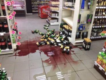 У Тернополі жартують зі зламаного стелажу з алкоголем