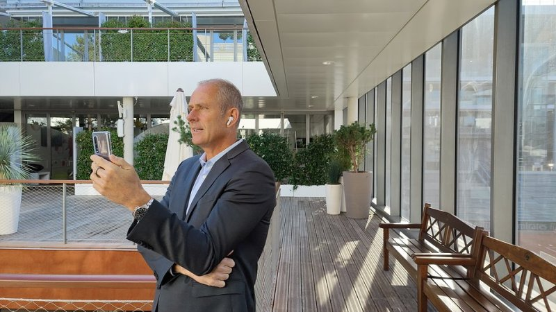 6_Roland-Garros Tournament Director Guy Forget talks with junior players via OPPO 5G video call.jpg