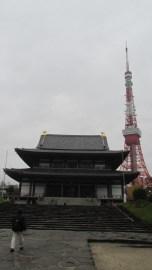 """El tempo Zojo-ji con la torre """"Tokio"""" de fondo"""