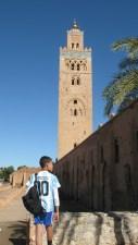 Niño con la remera de Messi frente a la mezquita Kutubía, el edificio más alto de la ciudad de Marrakech con sus 69 metros.  Ellos sólo conocen a Messi, nosotros no conocemos nada. Un desconocimiento mutuo, peligroso, interesado. Fuerzas mayores lo propinan. ¿Por qué no sabemos nada de lo que ocurre en Marruecos, ni en muchos países de África? ¿Por qué los medios de comunicación sólo muestran las tragedias y desdichas de estos pueblos?