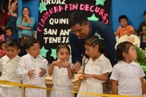 Alcalde de San Andrés Tenejapan entrega techado, dona mobiliario y útiles escolares