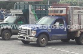 Aseguran tres camionetas con bidones en Omealca
