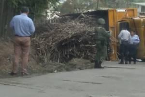 Se voltea camión cargado de caña llegando a ingenio San Miguelito