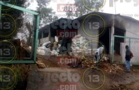 Incendio en bodega de químicos provoca humo tóxico, en Atoyac