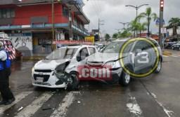 Choca camioneta contra Spark, en centro de Córdoba