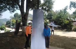 Habitantes de Tepampa reciben atados de lámina de zinc
