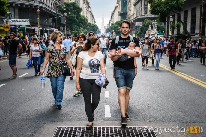 Cuando la gente camina a su libertad lo hace por el medio de la calle Fotografía: © Sebastián Criado, proyecto341.com reservados todos los derechos / all rights reserved