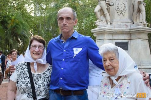 Dante Taparelli junto a las Madres de Plaza de Mayo