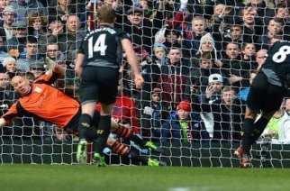 Gerrard, en el momento de transformar el penalti