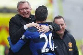Van Persie celebró con Ferguson el segundo gol del Manchester
