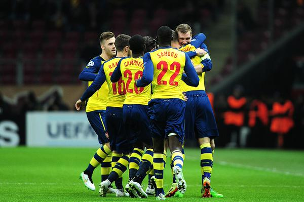 Podolski es felicitado por sus compañeros