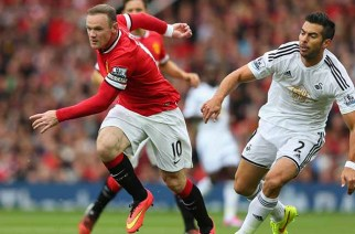 MANCHESTER, ENGLAND - AUGUST 16:  Wayne Rooney of Manchester United competes with Jordi Amat of Swansea City during the Barclays Premier League match between Manchester United and Swansea City at Old Trafford on August 16, 2014 in Manchester, England.  (Photo by Alex Livesey/Getty Images)