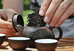 Засыпаем чай в чайничек