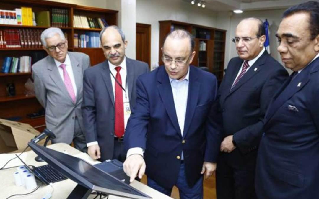 Pleno JCE realiza demostración de Voto Automatizado al presidente del PRSC
