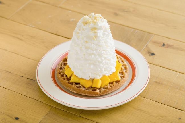マンゴー、 ホイップクリームとマカダミアナッツのワッフル 1,280円(税別)