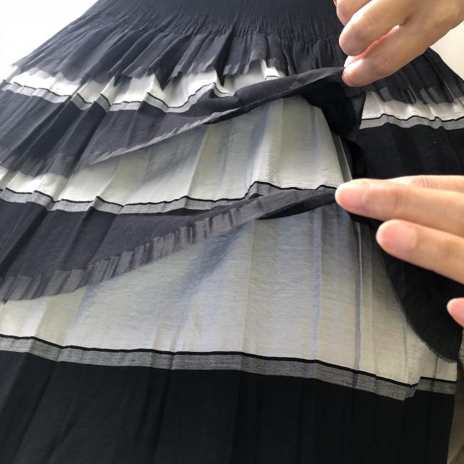 袋状になっている生地のたて糸を手でカットしてフリルにしています。