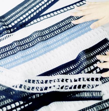 6種類の柄で9本のトーションレース(幅は約4~9cm)をつなぎ、 1枚のスカートを作り上げる。