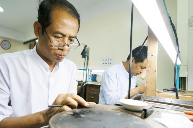 現地の職人たちが丁寧に研磨やカットを施します。