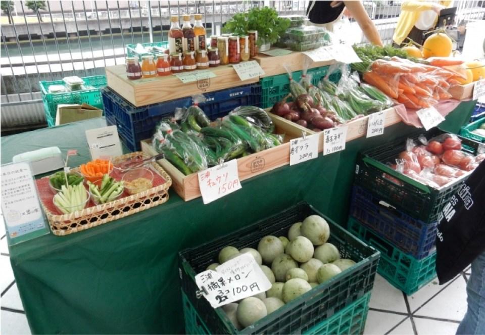 地採れ野菜や果物、加工品が並ぶ「神奈川ファーマーズマーケット」