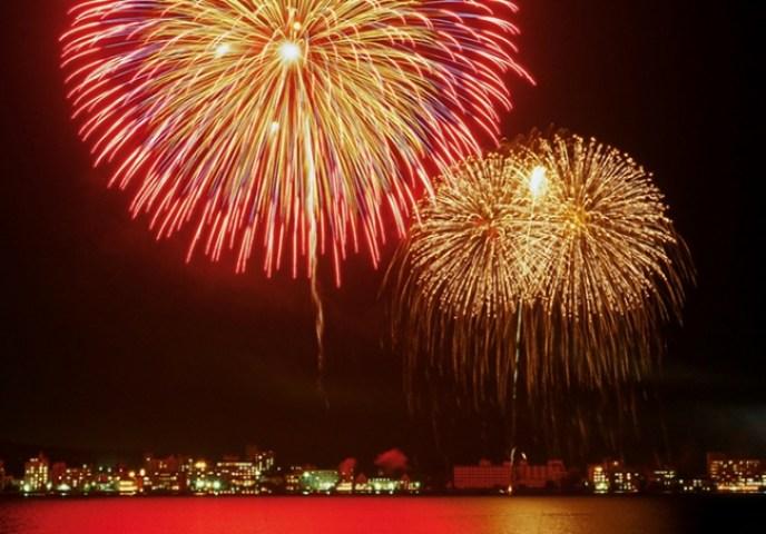 柴山潟湖上に連夜鮮やかに咲き誇る花火(画像データ提供元『KAGA旅・まちネット』)