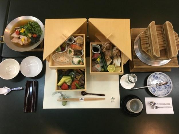 割烹旅館の技を凝縮し、工夫を凝らした器で提供されるルームサービス会席。食事中のサービスを減らすことで、質の高い会席料理と煩わしさのないひと時を提供することができる。