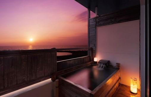 3位 静岡県「西伊豆小土肥温泉 茜色の海 あるじ栖」の客室露天風呂からの夕日。